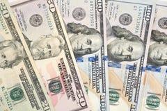 Stapel van langs uitgespreid en gesorteerde rekeningen diverse van het Amerikaanse dollar (USD) geld stock foto's