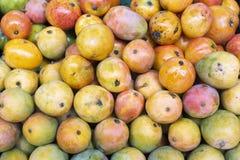 stapel van mango's in de Columbiaanse markt royalty-vrije stock afbeeldingen