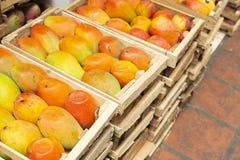 stapel van mango's in de Columbiaanse markt stock foto's