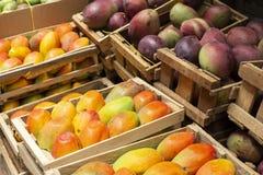 stapel van mango's in de Columbiaanse markt royalty-vrije stock afbeelding