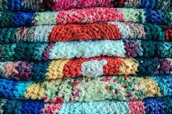 Stapel van met de hand gemaakte tapijten. Stock Foto's