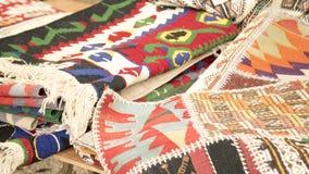 Stapel van mooie met de hand gemaakte tapijten op de open marktbazaar Turks traditioneel ontwerp stock fotografie