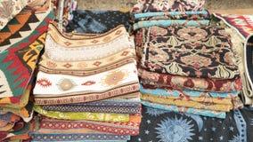 Stapel van mooie met de hand gemaakte tapijten op de open marktbazaar Turks traditioneel ontwerp royalty-vrije stock afbeelding