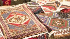 Stapel van mooie met de hand gemaakte tapijten op de open marktbazaar Turks traditioneel ontwerp stock afbeeldingen