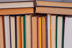 Stapel van multicoloured boeken, bos van multicolored boeken, hoop o Stock Fotografie