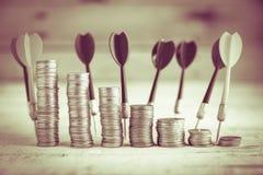 Stapel van muntstuk en rode pijltjepijl Royalty-vrije Stock Foto's