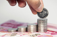 stapel van muntstukken en menselijke hand Stock Afbeelding