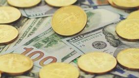 Stapel van muntstukken en rekeningen stock footage