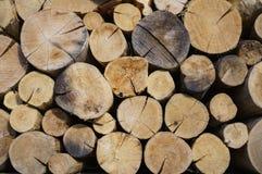 Stapel van natuurlijke houten logboeken stock afbeelding