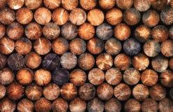 Stapel van natuurlijke houten ronde logboeken royalty-vrije stock afbeelding