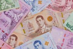 Stapel van nieuwe Thaise Bahtbankbiljetten stock afbeeldingen
