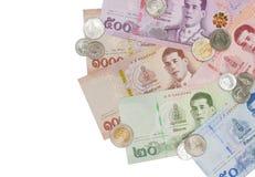 Stapel van nieuwe Thaise Bahtbankbiljetten en muntstukken stock fotografie