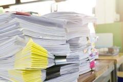 Stapel van onvolledige documenten op bureau Royalty-vrije Stock Foto's