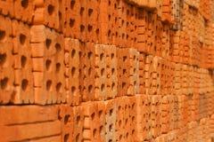 Stapel van oranje bakstenen voor patroon en bouw Stock Fotografie