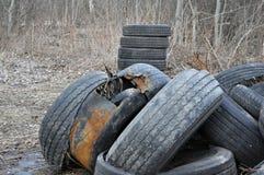 Stapel van oude banden en wielen voor rubber recycling royalty-vrije stock foto's