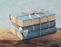 Stapel van oude blauwe boeken royalty-vrije stock fotografie