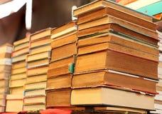 Stapel van oude boeken voor verkoop stock afbeelding
