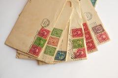 Stapel van oude brieven, enveloppenpostzegels Stock Foto's