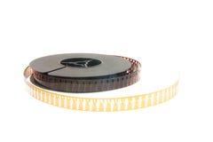 Stapel van oude filmfilm op plastic spoel op wit stock afbeeldingen