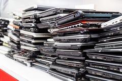 Stapel van oude, gebroken en verouderde laptop computer voor reparatie stock afbeeldingen