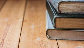 Stapel van oude gesloten boeken op oud hout backgound, negatieve ruimte voor tekst Stock Fotografie