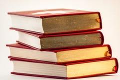 Stapel van oude gouden en rode boeken royalty-vrije stock afbeeldingen
