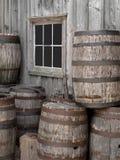 Stapel van oude houten vaten door een muur. Royalty-vrije Stock Foto's