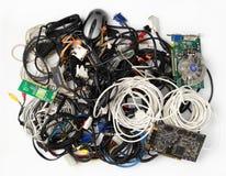 Stapel van oude kabels en computercomponenten op een witte achtergrond stock fotografie