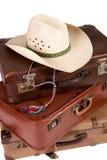 Stapel van oude koffer met hoed op bovenkant Stock Afbeeldingen
