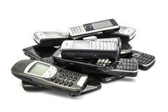Stapel van oude mobiele telefoons stock afbeelding