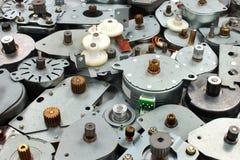 Stapel van oude stepper motoren als industriële e-afval achtergrond royalty-vrije stock foto's