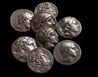 Stapel van oude zilveren Griekse muntstukken hoogste mening Stock Foto