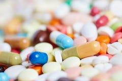 Stapel van pillen en medicijn stock foto's