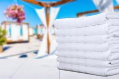 Stapel van pluizige handdoeken op vage achtergrond stock foto