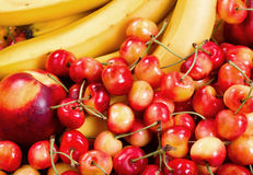 Stapel van rijp fruit klaar te eten stock afbeeldingen