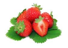 Stapel van rijpe aardbeien met groene (geïsoleerde) bladeren Royalty-vrije Stock Foto's