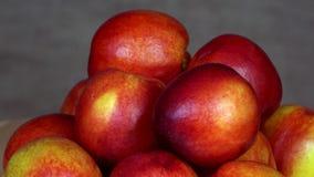 Stapel van rijpe nectarinevruchten Gezonde voeding draaischijf linksdraaiend stock video