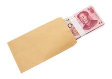 Stapel van RMB-document munt half in envelop met het knippen van weg stock foto