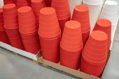 Stapel van rode plastic bak of vuilnisbak Het multifunctionele plastiek bedriegt royalty-vrije stock afbeeldingen