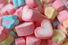 Stapel van Roze en Wit Gevormd Hart en Suikergoed van de Pastelkleur het Bloem Gevormde Heemst royalty-vrije stock foto's