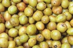 Stapel van sapodillavruchten royalty-vrije stock foto's