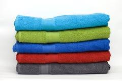 Stapel van schone badstofhanddoeken van verschillende kleuren Stock Fotografie