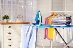 Stapel van schoon kleren en ijzer aan boord royalty-vrije stock fotografie