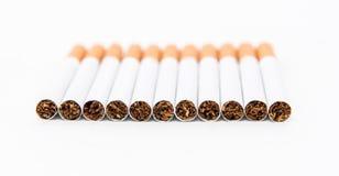 Stapel van sigaret op de witte achtergrond met gedeeltelijke nadruk Stock Foto's