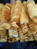 Stapel van spiraal gebraden aardappel stock afbeeldingen