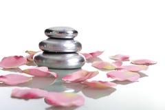 Stapel van stenen met roze bloemblaadjes - zen concept Royalty-vrije Stock Fotografie
