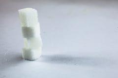 Stapel van Sugar Cubes Stacking op Geïsoleerde Witte Achtergrond met Ruwe Schaduw, die kan worden gebruikt om donkere kant van Su royalty-vrije stock foto's