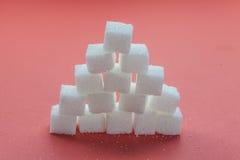 Stapel van Sugar Cubes Stacking op rode achtergrond stock foto's