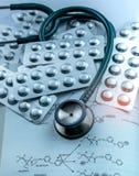 Stapel van tablettenpillen in zilveren de blaarpak en stethoscoop van de aluminiumfolie op handboek Farmaceutische Industrie Drug royalty-vrije stock fotografie