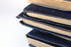 Stapel van tatty oude blauwe boeken Stock Fotografie